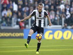Stephan Lichtsteiner controleert de bal tijdens het competitieduel Juventus - Lazio Roma (22-01-2017).
