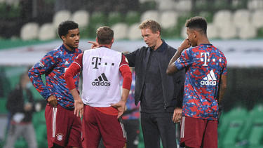 Malik Tillman (l.) erhält von Bayern-Trainer Julian Nagelsmann letzte Anweisungen