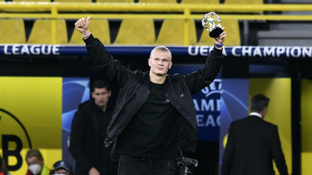 Erling Haaland hält seine UEFA-Trophäe in den Händen