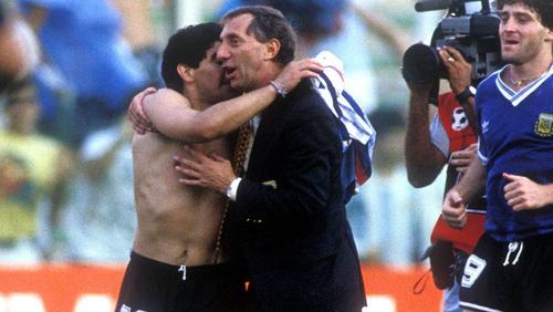 Carlos Bilardo umarmt Diego Maradona