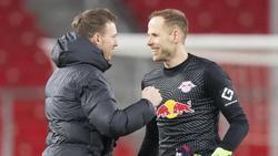 Leipzigs Torwart Peter Gulácsi (r.) im Gespräch mit seinem Trainer Julian Nagelsmann