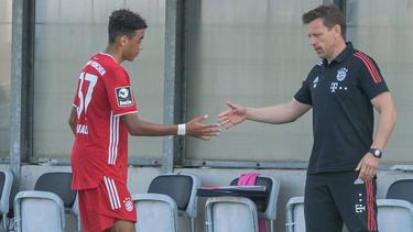 Holger Seitz (r.) trainiert die Zweitvertretung des FC Bayern