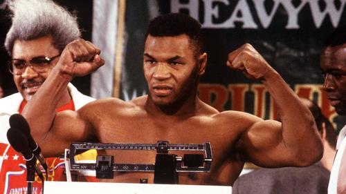 Mike Tyson im Januar 1988 bei einem Wiegetermin