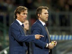 Assistent-trainers Alex Pastoor (l.) en Dennis Haar wijzen de spelers van AZ de weg.
