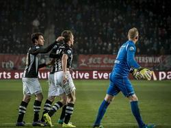 Ramon Zomer (m.) wordt getroost door Mark-Jan Fledderus (l.) tijdens de uitwedstrijd tegen FC Twente. Zomer maakte een fout, waardoor de thuisploeg op 1-0 komt. Dennis Telgenkamp (r.) werd geklopt. (23-01-2015)