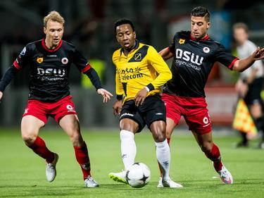 Elson Hooi (m.) is net op tijd met zijn inspeelbal tijdens het bekerduel Excelsior - NAC Breda in de achtste finale. Rick Kruys (l.) en Ninos Gouriye probeerden de aanvaller van NAC Breda van de bal te zetten. (18-12-2014)
