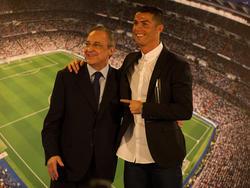 Cristiano Ronaldo posa en una renovación con Florentino. (Foto: Getty)