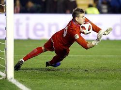 Andriy Lunin detiene el penalti que le lanzaron en Vallecas. (Foto: Imago)