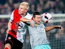 Lucas Woudenberg (l.) vecht een duel uit met Danilo Pantić (r.) tijdens het bekerduel Feyenoord - Excelsior (26-10-2016).