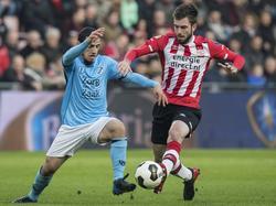 Yassin Ayoub (l.) probeert Davy Pröpper de bal te ontfutselen. (12-02-2017)