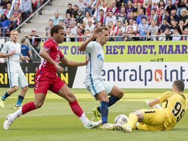 Cyriel Dessers krijgt de bal net niet in het doel van Zenit. Doelman Andrei Lunev vangt de bal, terwijl Domenico Criscito ook nabij is. (16-08-2017)