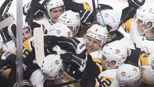 Die Spieler der Pittsburgh Penguins feiern ihren Sieg über die Montréal CanadiensCanadian Press/dpa