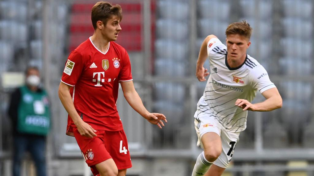Josip Stanisic (l.) könnte seinen auslaufenden Vertrag beim FC Bayern verlängern