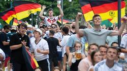 Nicht alle Fußball-Fans hielten sich im Freudentaumel an die Anti-Corona-Maßnahmen