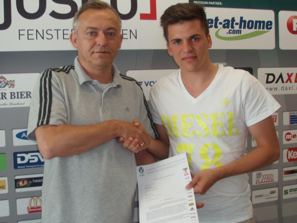 Rieds Manager Stefan Reiter begrüßt Neuerwerbung Thomas Murg.