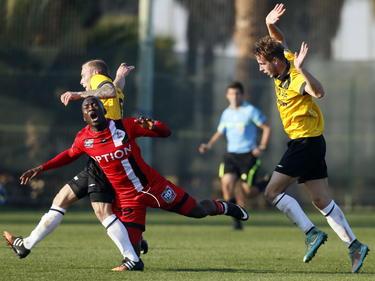 Joeri de Kamps (l.) gaat in de oefenwedstrijd van NAC Breda tegen Oud-Heverlee Leuven hard door op Ibrahim Somé (m.) Jesse van Bezooijen geeft aan dat het geen overtreding is. (08-01-2015)