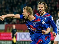 De lange Henk Veerman (l.) juicht nadat hij Heerenveen met zijn doelpunt op gelijke hoogte heeft gebracht met Willem II. (24-10-2015)