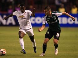 Anderson Julio lleva el balón frente a Benedetti. (Foto: Imago)