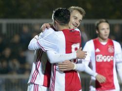 Vaclav Černý omhelst ploeggenoot Abdelhak Nouri. Jong Ajax is veel te sterk voor De Graafschap. Černý is tweemaal trefzeker. (17-10-2016)