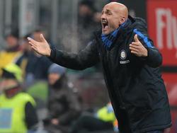 Luciano Spalletti da órdenes desde la banda en el último Milan-Inter. (Foto: Getty)