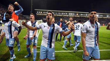 Caicedo (izq.) celebra su gol de la victoria en el descuento.