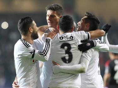 MArio Gomez (2.v.l.) darf sich feiern lassen
