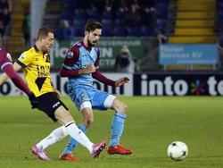 NAC Breda-middenvelder Gill Swerts (l.) wordt het spelen van de bal onmogelijk gemaakt door Vitesse-middenvelder Davy Pröpper. (07-02-2015)