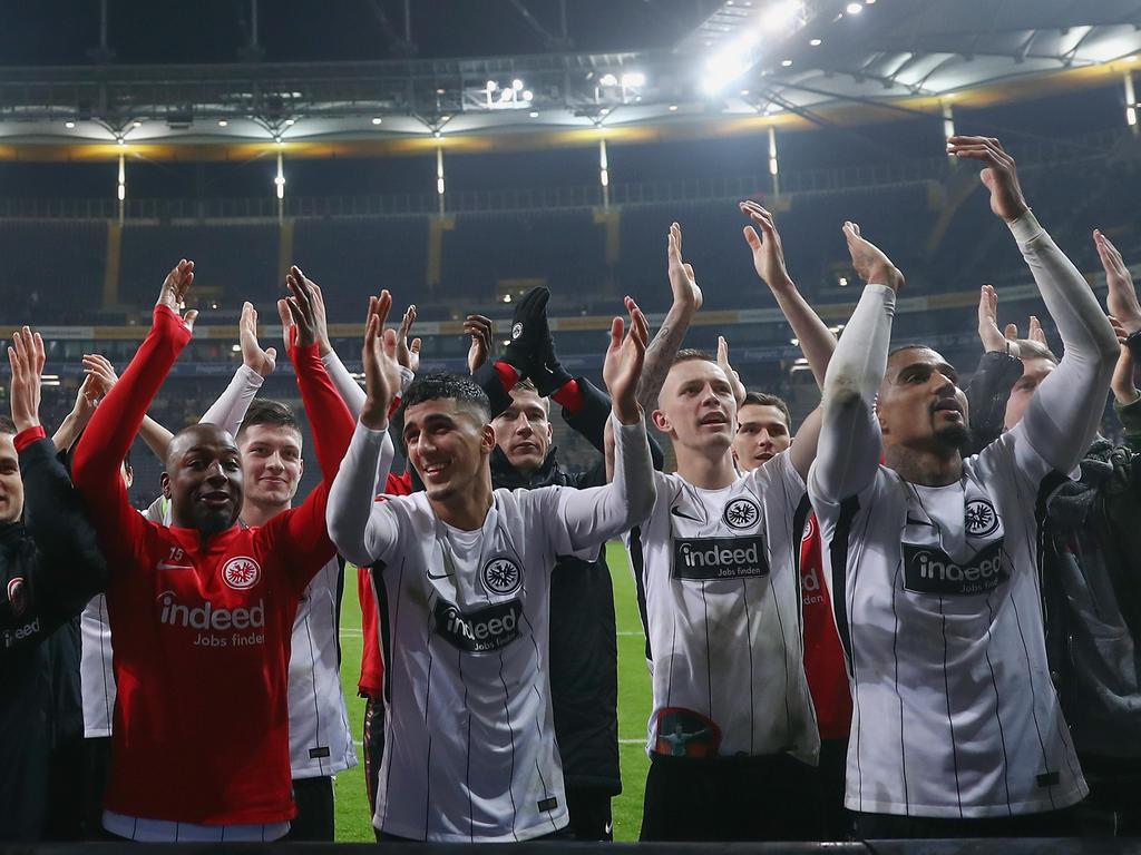Die Frankfurter Spieler lassen sich nach dem Heimsieg von den Fans feiern