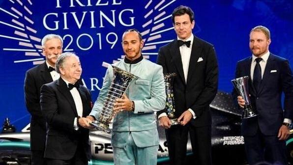 Zum sechsten Mal hat Lewis Hamilton den WM-Pokal erhalten