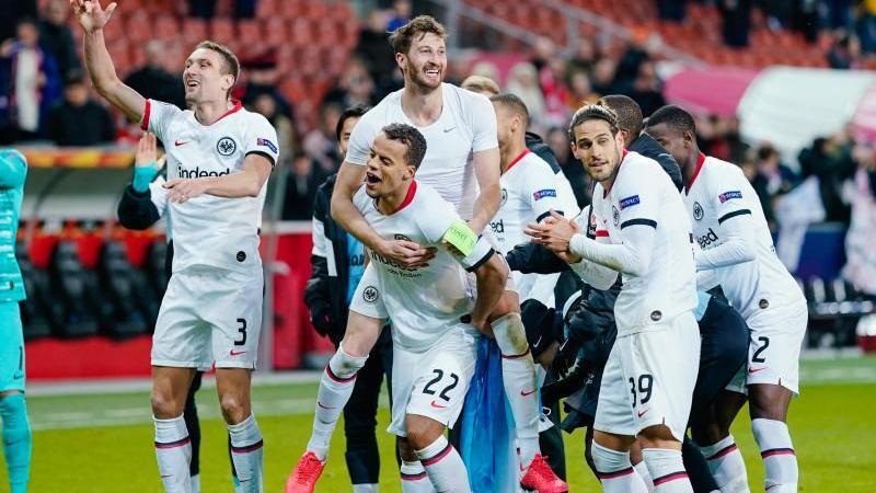 Die Eintracht-Stars jubeln nach dem Weiterkommen gegen Salzburg