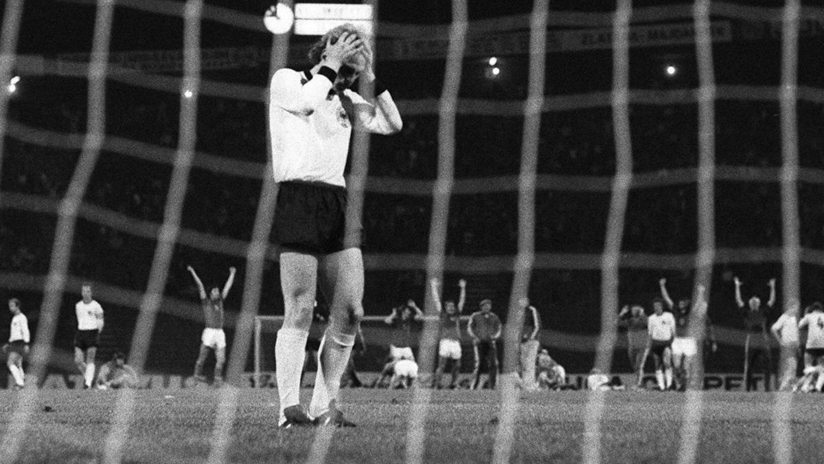 Uli Hoeneß vergibt seinen Elfmeter im EM-Finale 1976