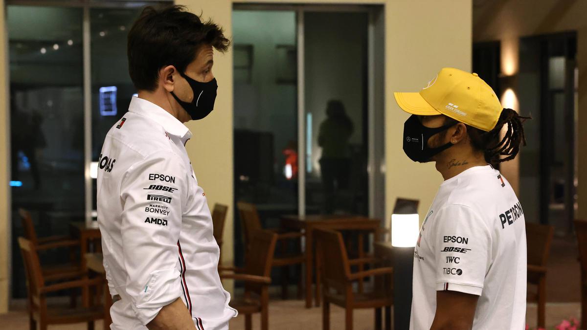 Formel-1-Weltmeister Lewis Hamilton im Gespräch mit Teamchef Toto Wolff