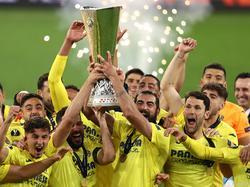Villarreal-Spieler stemmen den Europa-League-Siegerpokal