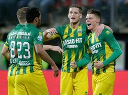 ADO Den Haag komt verrassend op voorsprong tegen AZ. Het is Danny Bakker (r.) die na negen minuten spelen de score opent in het AFAS Stadion. (04-12-2015)