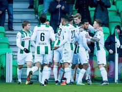 FC Groningen-debutant Alexander Sørloth scoort in zijn eerste wedstrijd in het shirt van de Noordelingen. Zijn teamgenoten vieren een feestje met hem mee. (17-01-2016)