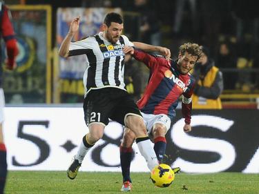 Alessandro Diamanti (r.) in duel met Andrea Lazzari (l.) tijdens Bologna - Udinese. (1-2-2014)