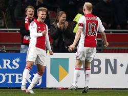 Al na vier minuten scoort Victor Fischer (l.) de 1-0 voor Ajax tegen Roda JC. Aanvoerder Davy Klaassen (r.) is er als eerste bij om deze treffer met hem te vieren. (31-10-2015)