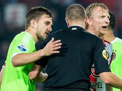 Scheidsrechter Pol van Boekel (m.) is tijdens de bekerwedstrijd tussen Feyenoord en Ajax in gesprek met aanvoerders Joël Veltman (l.) en Dirk Kuyt (r.). (28-10-2015)