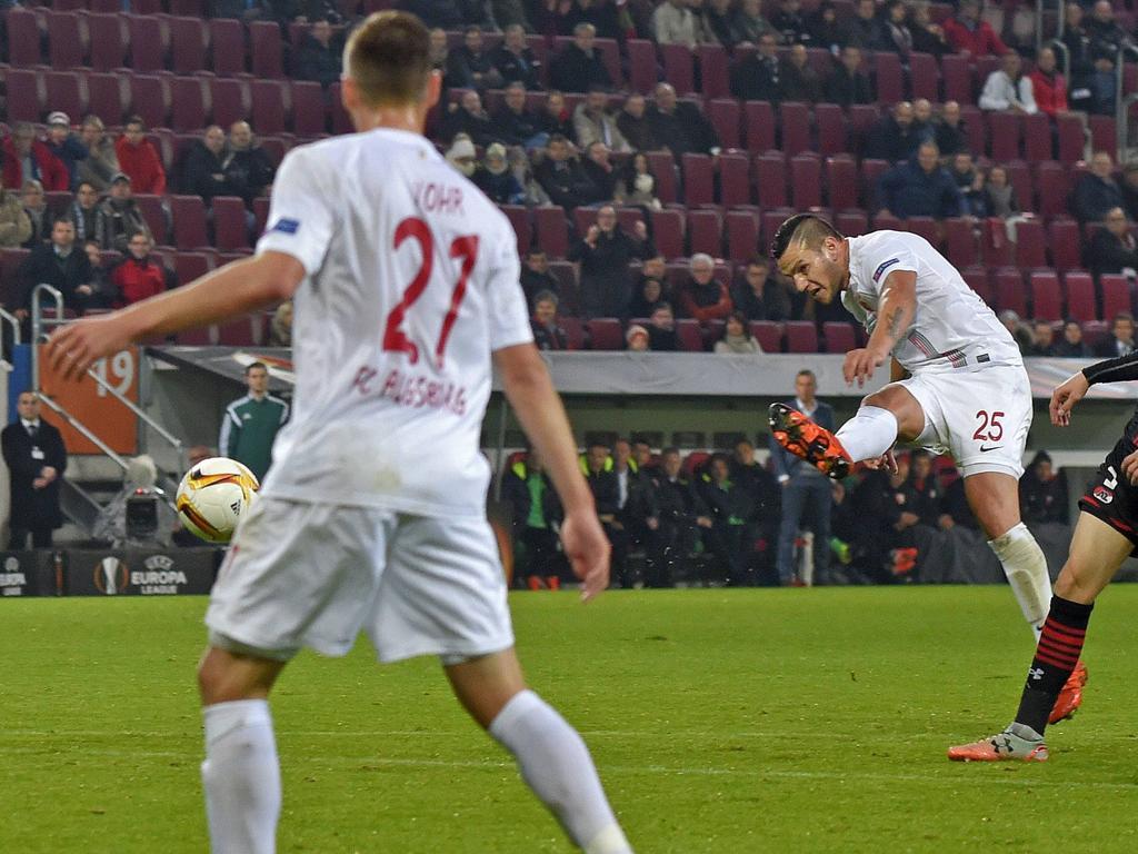Bobadilla (dcha.) marcó el primero del Augsburgo en un tiro libre directo. (Foto: Getty)