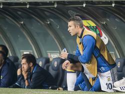 Robin van Persie verbijt zich op de bank als Fenerbahçe in de Europa League speelt tegen zijn oude club Feyenoord. (29-09-2016)