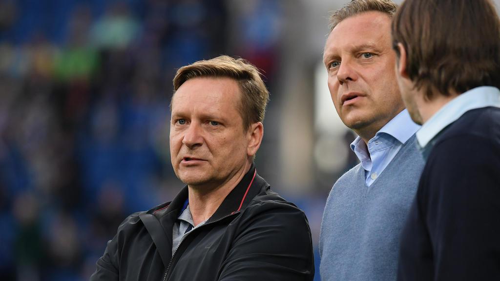 Horst Heldt und André Breitenreiter (re.) sind skeptisch