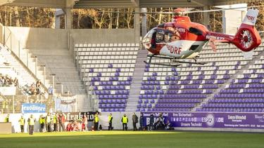 Ein Rettungshubschrauber kümmert sich nach dem Spiel um den schwer verletzten Hamburger Fan