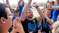 Paderborns Trainer Steffen Baumgart umringt von Fans