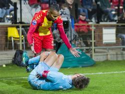 Jarchinio Antonia biedt direct zijn excuus aan nadat hij op het been is gaan staan van FC Twente-verdediger Stefan Thesker. (22-10-2016)