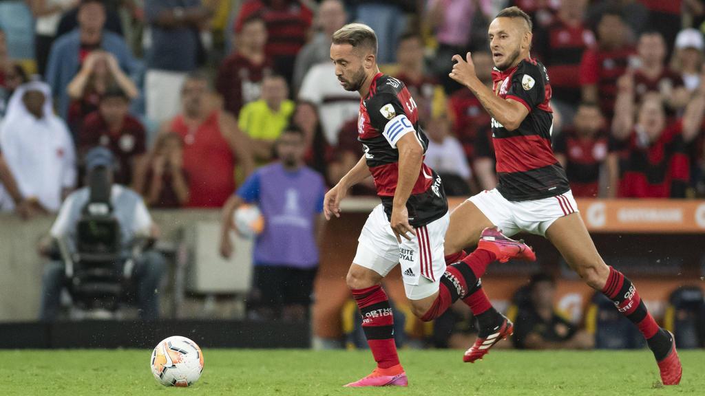 Ex-Bayern-Star Rafinha (r.) kickt in Brasilien