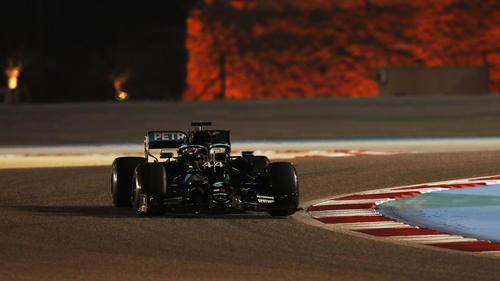 Lewis Hamilton in der malerischen Atmosphäre der Nacht von Bahrain
