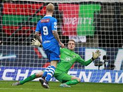 Lars Veldwijk (l.) wordt die gestuurd en komt één op één met Marco van Duin (r.) en faalt niet. Met een stiftje zorgt de spits van PEC Zwolle voor de 0-2 tegen NEC Nijmegen. (06-12-2015)