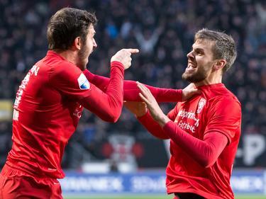 Bruno Uvini is blij dat hij de 1-0 heeft gemaakt namens FC Twente in het duel met FC Utrecht en viert dat samen met Stefan Thesker (r.).