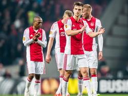 Spelers van Ajax met voorop Ajax speler Joel Veltman (2e r) en daarachter Thulani Serero (l) Kolbeinn Sigthorsson (2e l) en Mike van der Hoorn (r) na afloop van de wedstrijd tegen Dnipro Dnipropetrovsk in de Europa League. (19-03-2015)