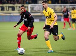 Brandley Kuwas (l.) is niet meer in staat om Hicham Faik af te stoppen tijdens de wedstrijd Roda JC - Excelsior. (24-10-2015)